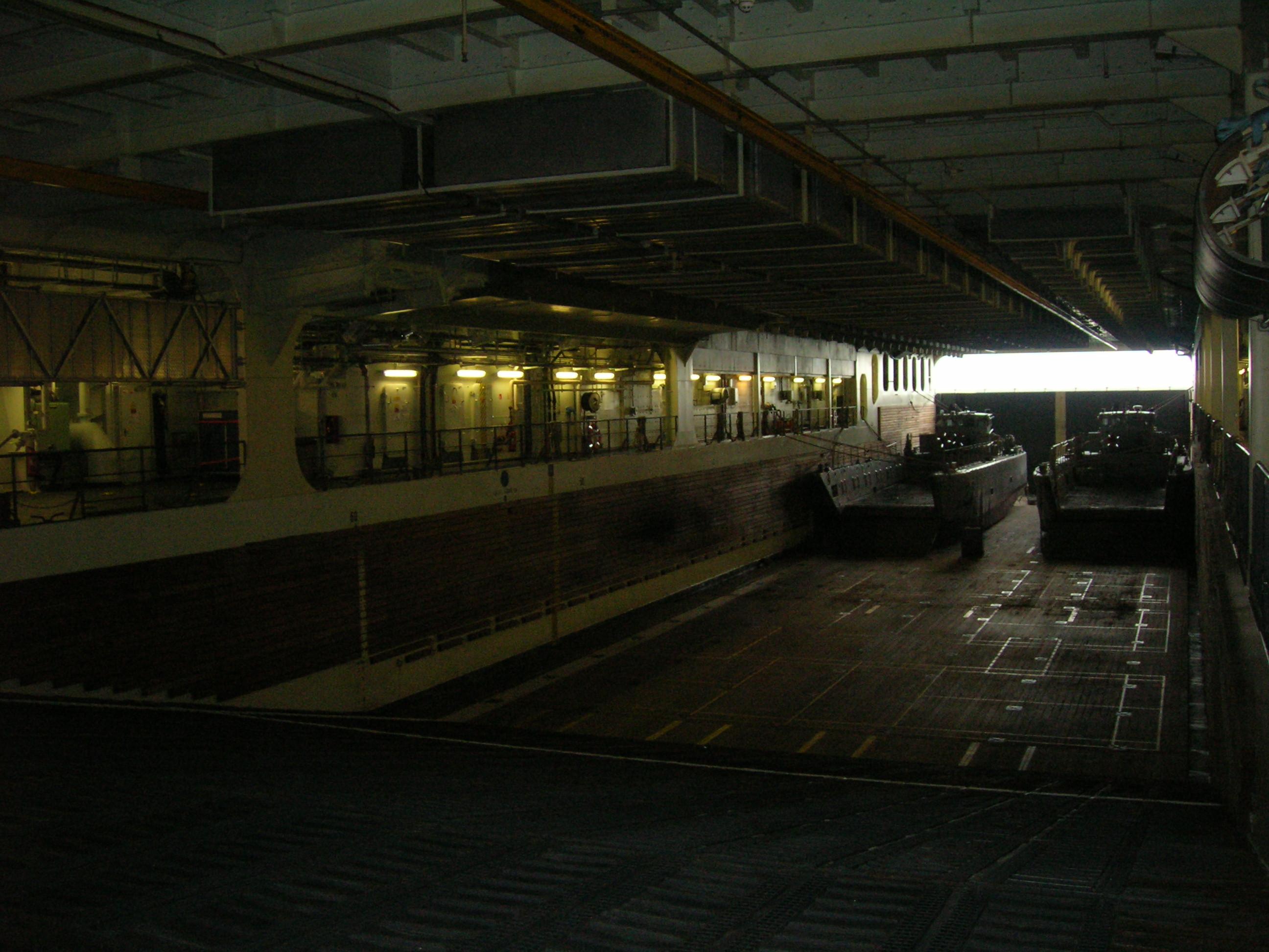 (003) 885m² Docking bay for 4 LCU or 2 LCAC
