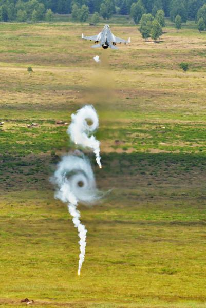 F-16C_RelesingFlares.jpg