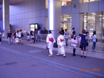 kimonosschoolgirlsattokyotower.jpg