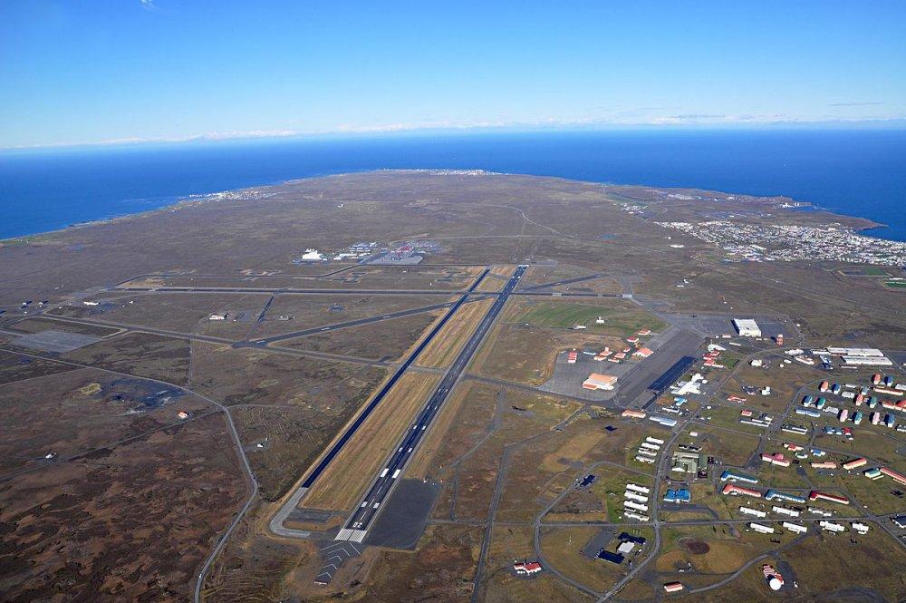 SSJ100_Keflavik_runways_(5160518757).thumb.jpg.d275c61af713f4e503c4de494481235b.jpg