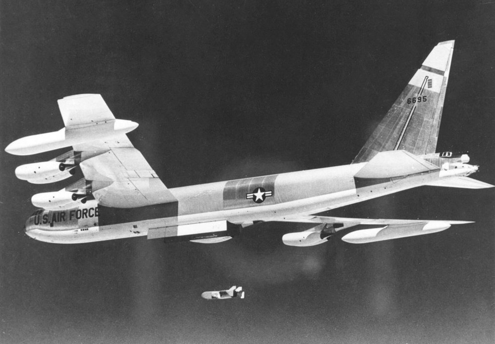 Boeing_B-52D-40-BW_(SN_56-0695)_in_flight_launching_Quail_decoy_061127-F-1234S-011.thumb.jpg.b9033598a78b3d5e30d563536057ba9b.jpg