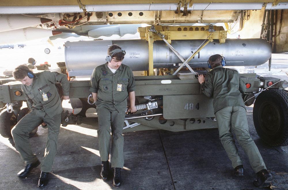 Mk_28_nuclear_bomb_Ellsworth_AFB_1984.thumb.jpg.71ad3b1effec9b7ea42b261f8aaef879.jpg